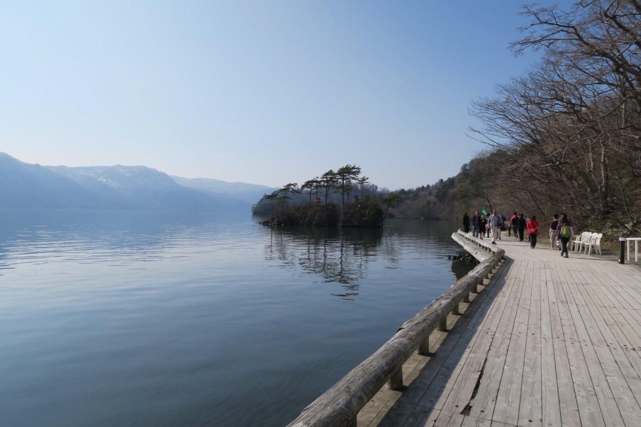 首次自駕的東北遊首選十和田湖,遊湖遇上好天氣,沿著湖邊散步,湖水相當清澈,加上湖中神社的襯托下,湖加美㬌令人頓時也寧靜下來,這種感覺令人久久也不想離開,要觀賞十和田湖的壯觀,必須親身遊覽才能感受到。