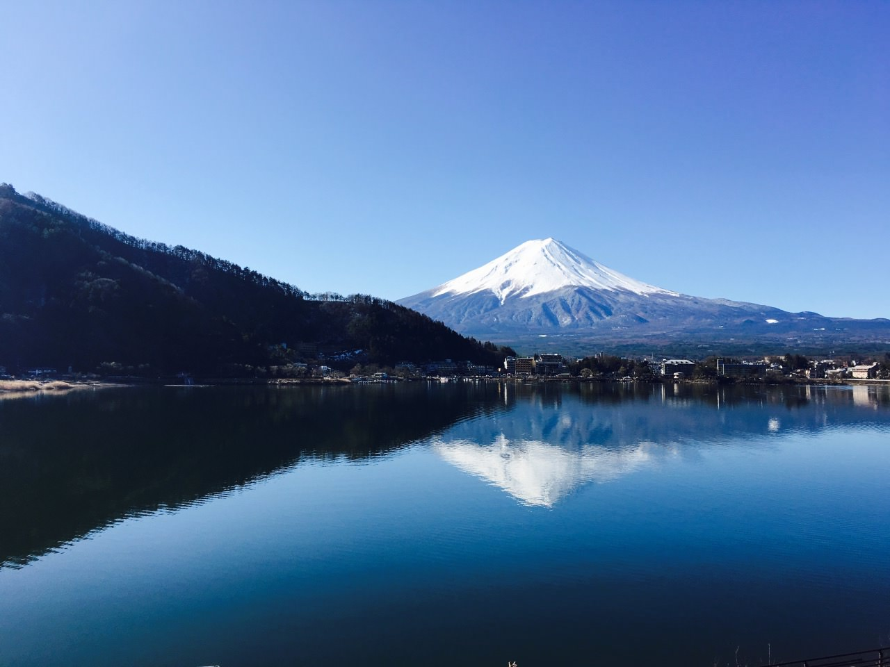 It is the lucky moment for me to take a full shot of Mount Fuji.
