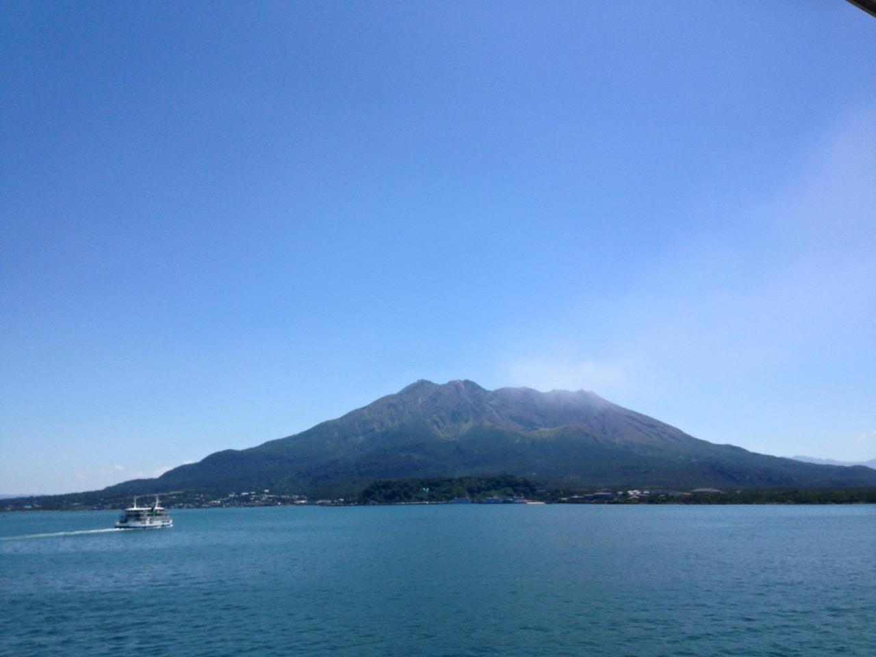日本九州南部的「櫻島」是世界上僅存的「活火山」之一。因為地形的關係,在不同時空,呈現出來的樣貌大不相同,因此,櫻島也被稱為「七色島」。要感受活火山的威力,鹿兒島的櫻島火山是一個活的地理教室,值得一遊。
