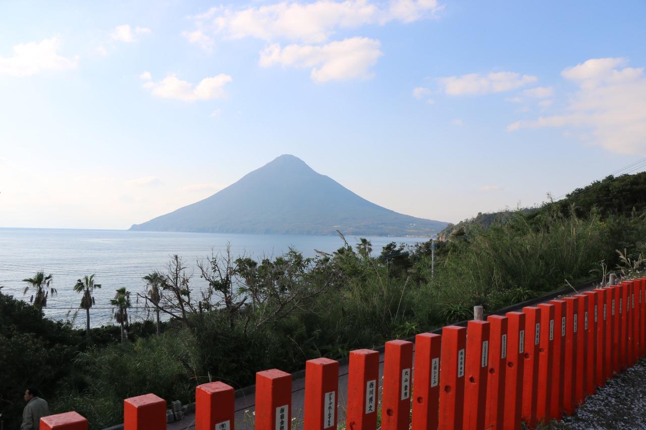 龍宮神社莊嚴的紅,配上後面代表指宿的第一高山-開聞岳