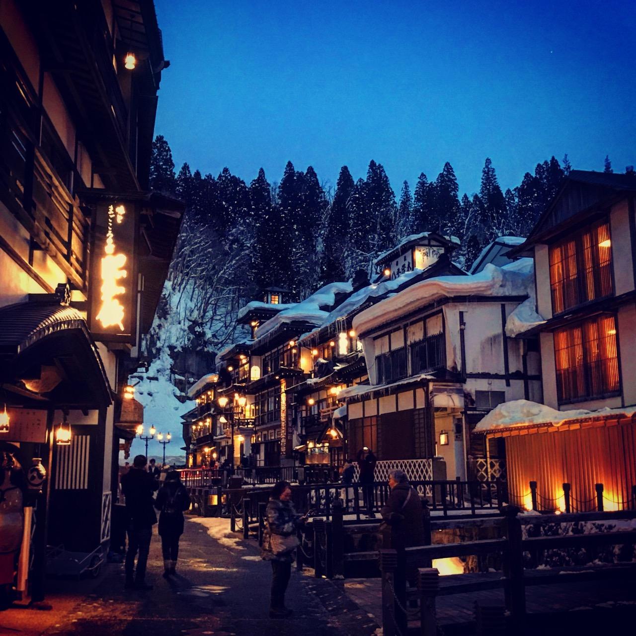趁著雪快溶之前來到了山形縣的著名景點銀山溫泉白天有白天的美、晚上點了等別有另一種美、越晚越美麗!