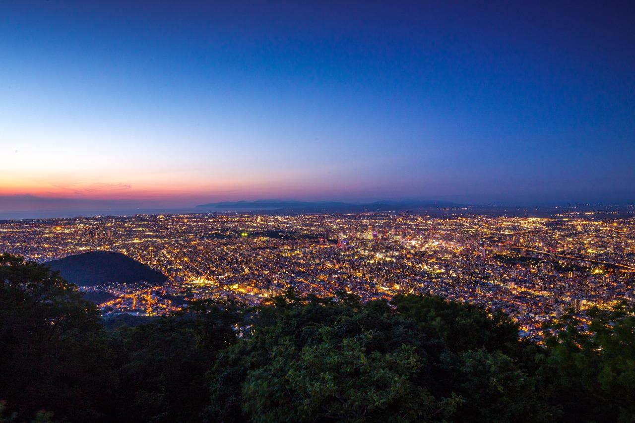札幌這個夜景,跟長崎、神戶的夜景稱為日本新三大夜景,城市的燈光就像掉在地上的銀河。